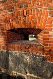 Vägg av det gamla tyska fortet med embrasuren arkivfoton