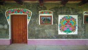 Vägg av en traditionell färgrik byggnad i den Zalipie byn i Polen arkivfoto