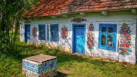 Vägg av en traditionell färgrik byggnad i den Zalipie byn i Polen arkivbilder