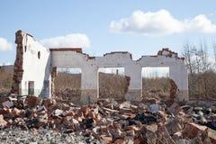 Vägg av ett förstört hus Arkivbilder