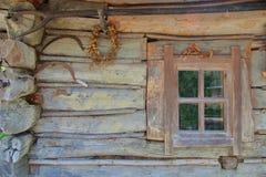 Vägg av ett gammalt byhus Arkivfoto