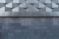 Vägg av futuristisk nybygge för svart metall abstrakt arkitektonisk modell Royaltyfria Bilder