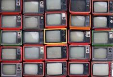 Vägg av gamla tappningtelevisioner arkivbild