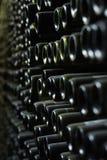 Vägg av gamla vinflaskor fotografering för bildbyråer