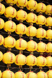 Vägg av gula lyktor Arkivfoto