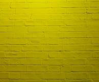 Vägg av gula tegelstenar Gula bölder staplas exakt royaltyfria foton