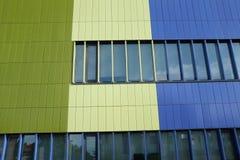 Vägg av modern blå och grön färg för byggnad, horisontalfoto Royaltyfri Foto