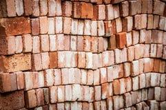 Vägg av nya röda tegelstenar som staplas i rader. Royaltyfri Bild