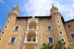 Vägg av Palazzo Ducale i Urbino Arkivfoton