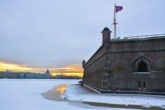 Vägg av Peter och Paul Fortress på solnedgången St Petersburg Royaltyfria Foton