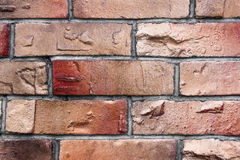 Vägg av röd och brun tegelstentextur Arkivfoton