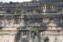 Vägg av skallar tzompantli i Chichen Itza, Mexico Royaltyfri Fotografi