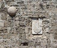Vägg av slutet för fästningRhodes slott upp med spår från kulor och splittrade armar Arkivbilder