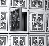 Vägg av stålkassaskåp Arkivbild