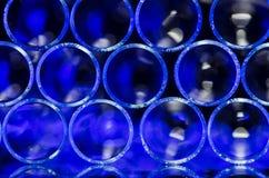 Vägg av suddiga blåttcirklar som bildar den systematiska modellen Arkivfoto