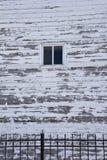 vägg av trähuset med fönstret Arkivfoton