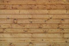 Vägg av träplanerade journaler royaltyfri bild