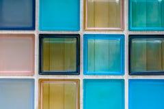Vägg av transparant glass tegelplattor Arkivfoto