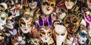 Vägg av Venetian karnevalmaskeringar Royaltyfri Foto