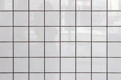 Vägg av vita glansiga tegelplattor arkivfoton