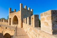 Vägg för Alcudia gammal stadfästning i Majorca Mallorca Arkivbilder