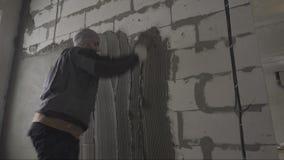 Vägg för byggmästarespackelspackel stock video
