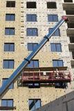 V?gg f?r byggnadsarbetarer?kningsnybygge med ett lager av glasullisolering royaltyfri foto