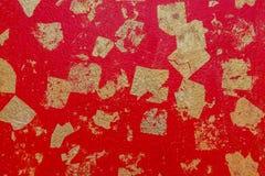 Vägg för cement för abstrakt bakgrundstextur röd med fäst guld- folie Royaltyfri Fotografi