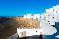 Vägg för forntida stad av vita medina av staden Asilah på havkusten, Marocko royaltyfri foto