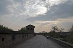 Vägg för forntida stad i solnedgången, Pingyao Royaltyfria Bilder