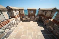 Vägg för forntida stad på strandbulgaren Sozopol Arkivbild
