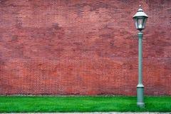 vägg för gata för bakgrundstegelstenlykta Arkivbilder