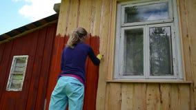 Vägg för målarekvinnaborste stock video
