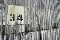 vägg för nummer för 34 grunge gammal Arkivbild