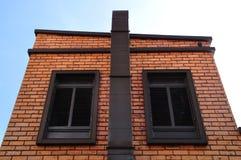 Vägg för röd tegelsten med klassiska fönster, europeisk stil. Royaltyfria Bilder