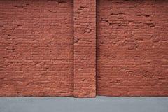 Vägg för röd tegelsten med remsan av asfalt och lodlinjekolonnen Royaltyfria Foton