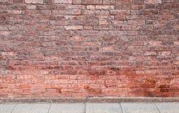 Vägg för röd tegelsten och betonggolv Arkivbilder