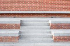 Vägg för röda tegelstenar med stentrappan och moment, ingen Royaltyfri Bild