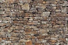 vägg för sten för bakgrundsfärggrunge Forntida vägg av det torra murverket royaltyfri bild