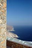 vägg för sten för hav för grekiska öar för kustlinje stenig Royaltyfri Bild
