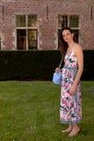 Vägg för tegelsten för staket för brunettkvinnagräs, Groot Begijnhof, Leuven, Belgien royaltyfri fotografi