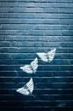 vägg för tegelstenfjärilsgrafitti Royaltyfri Bild