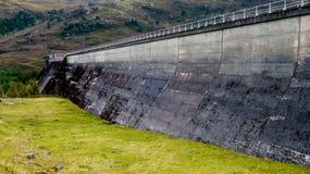 Vägg för vattenkraftvattenfördämning i betong mellan berget Fotografering för Bildbyråer