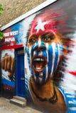 Vägg- konst på en vägg i staden av London, UK Arkivfoto