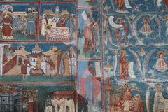 Vägg- målning på en kyrka i Vatra Dornei Rumänien Fors i April 2018 royaltyfria bilder