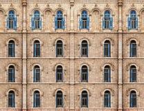 Vägg med blåa stängde med fönsterluckor fönster Royaltyfri Fotografi