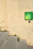 vägg med ett grönt tecken Royaltyfria Foton