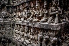 Vägg med folk i Angkor Wat, Kambodja Royaltyfri Bild