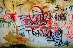 Vägg med grafitti, Grungebakgrund Arkivfoto