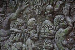 Vägg med lättnader och mossa i Bali Indonesien Arkivbilder